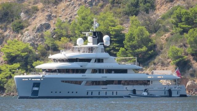 Luxusyacht vor Insel